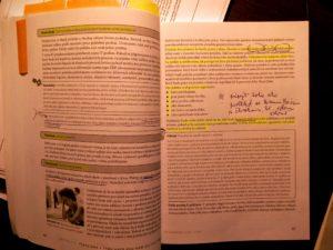 Ukážka jednej zmojich kníh - Zvýraznené dôležité časti anapísané poznámky, ktoré ma včase čítania ktomu napadli